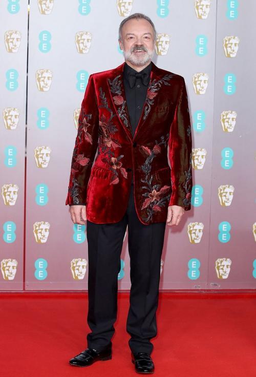 Graham juga menyukai blazer beludru, terutama ketika dihiasi dengan bordir bunga.