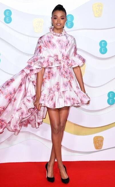 Pakaiannya adalah gol yang sebenarnya. Segala sesuatu tentang gaun ini adalah surga.