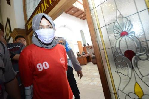 Penghina Wali Kota Surabaya Risma, Zikria Dzatil, ditahan polisi. (Foto : Okezone.com/Syaiful Islam)