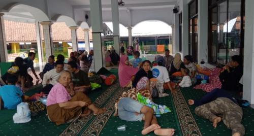 Warga Cirebon mengungsi akibat banjir/Foto: Fathnur Rohman