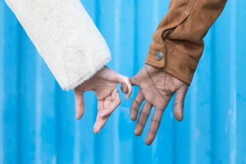 7 Makna Pegangan Tangan Pria Beda Gestur Beda Arti Okezone Lifestyle