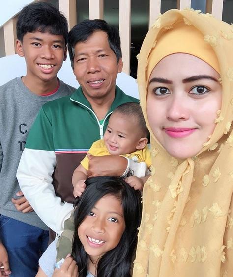 Kiwil dan keluarganya. (Foto: Instagram/@meggywulandari_real)
