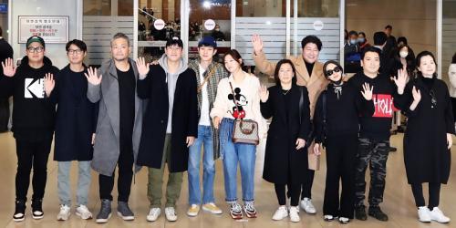 Song Kang Ho dan para aktor Parasite tiba di Incheon International Airport pada Rabu pagi (12/2/2020). (Foto: Yonhap News)