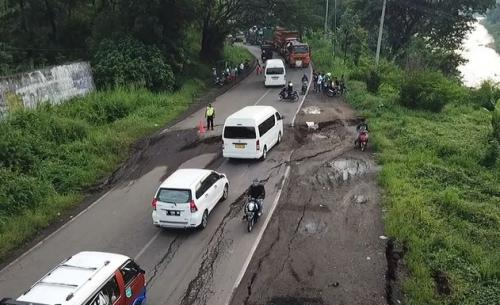 Jalan Cireki, jalur utama Cirebon-Bandung diperbaiki (foto: iNews/Beben Hva)
