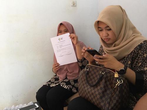 Mahasiswi Asal Bengkulu Sinta Destiana Putri tunjukkan keterangan sehat saat ditemui di rumahnya (foto: Okezone/Demon Fajri)