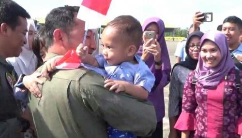 Suasana Haru Sambut Kedatangan Kru TNI AU di Lanud Hasanuddin. (ist)
