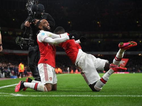 Alexandre Lacazette pelukan dengan Nicolas Pepe (Foto: Twitter/@Arsenal)