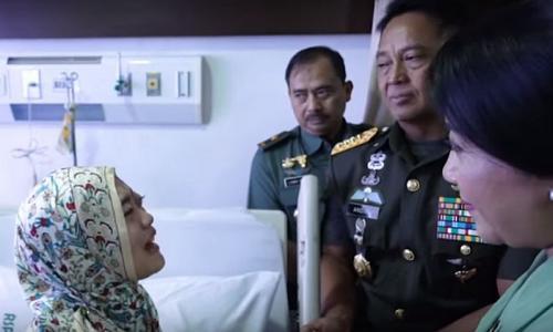 KSAD Andika Perkasa Menahan Tangis saat Jenguk Sertu Rizka (foto: Youtube/TNI AD)