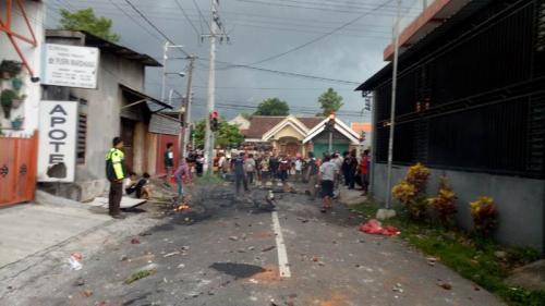 Sepeda motor dibakar massa saat laga Persebaya Vs Arema di Blitar. (Foto : Okezone.com/Avirista Midaada)