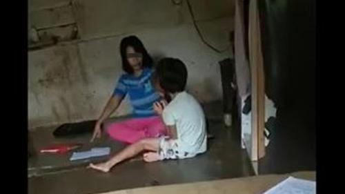 Salah satu adegan rekaman saat ibu di Simalungu memarahi anak karena tak mengerjakan PR hingga viral. (Foto: iNews/Dharma Setiawan)