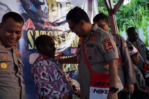 Karo Penmas Polri Kunjungi Anak-Anak Kwamki Narama Mimika (foto: Humas Polri)