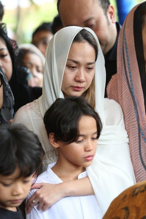 BCL di pemakaman sang suami, Ashraf Sinclair. (Foto: Okezone/Arif Julianto)