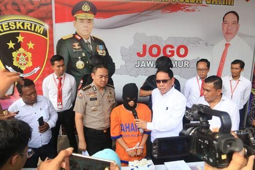 Polda Jawa Timur Gelar Perkara Kasus Pria Lecehkan 11 Anak Laki-Laki di Tulungagung (Foto : Okezone/Syaiful Islam)