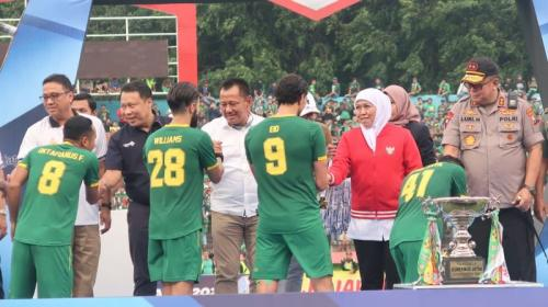 Khofifah Indar Parawansa dalam pengalungan medali ke pemain Persebaya (Foto: Istimewa)