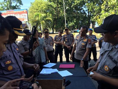 Pemeriksaan senpi laras pendek dan panjang Polres Bengkulu (foto: Okezone/Demon Fajri)
