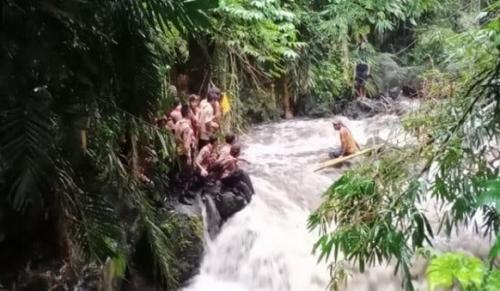 Siswa SMPN 1 Turi yang selamat berupaya mencari temannya yang hilang terseret arus Sungai Sempor, Sleman. (foto: istimewa)