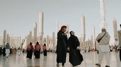 Siti Badriah dan suami umrah
