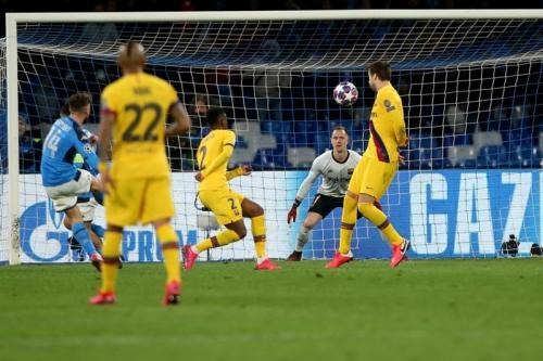 Tembakan Dries Mertens membobol gawang Ter Stegen (Foto: UEFA)