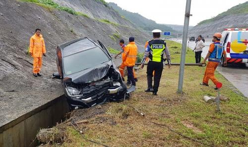 Minibus Mengalami Kecelakaan Tunggal di Tol Malang-Pandaan (foto: PJR Polda Jawa Timur)
