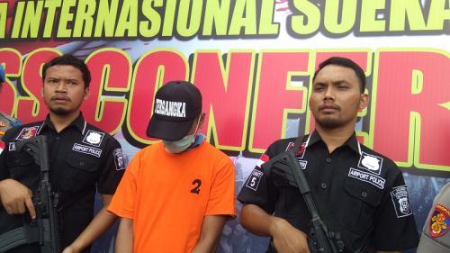 Polresta Bandara Soekarno-Hatta menangkap pelaku penyebar hoaks jamaah umrah meninggal karena virus korona (covid-19). (Foto : Okezone.com/Isty Maulidya)