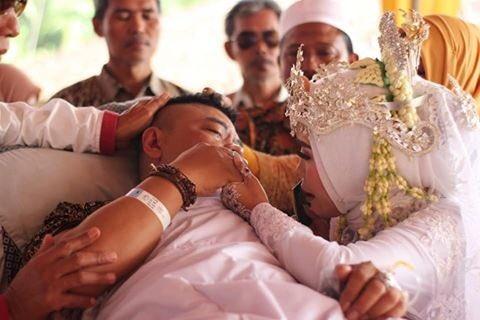 sang calon suami pun menangis sedih karena teringat sang ayah yang tengah dirawat di rumah sakit.