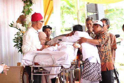tapi berusaha sekuat tenaga untuk tetap bisa menghadiri pernikahan putra tercintanya.