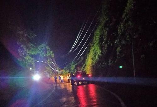 Longsor Buat Akses Jalan Raya Kediri - Malang Tertutup, 3 Motor Tertimbun (foto: Okezone/Avirista M)