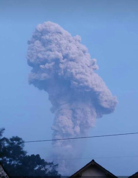 Gunung Merapi erupsi. (Dok BNPB)