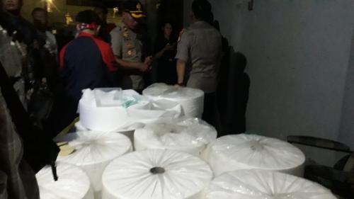 Polisi gerebek pabrik Masker Ilegal di Senen, Jakpus. (Foto: Okezone.com/Achmad Fardiansyah)