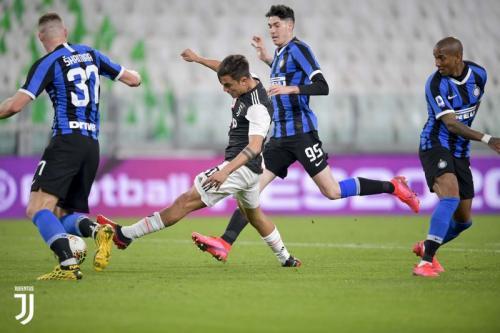 Paulo Dybala menghalangi Romelu Lukaku gabung ke Juventus (Foto: Juventus)
