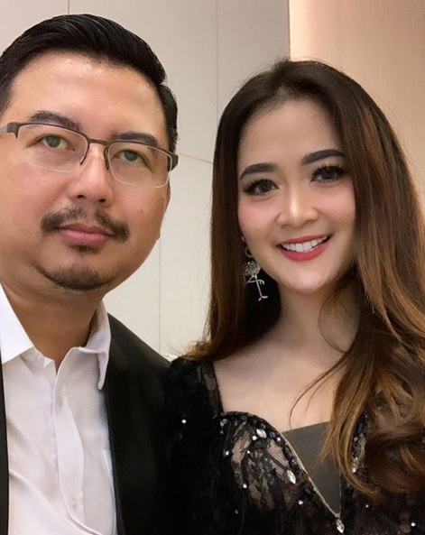 Vega Darwanti dan suami