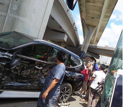 Mobil Istri Irjen Boy Rafli Ditabrak Transjakarta (foto: Instagram/@jktinfo)