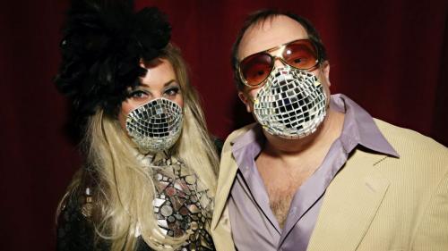 yang mengenakan masker berdesain bling-bling ala bola disko.