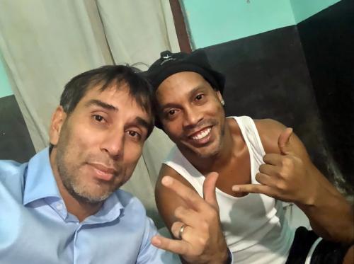 Ronaldinho di dalam penjara (Foto: AP)
