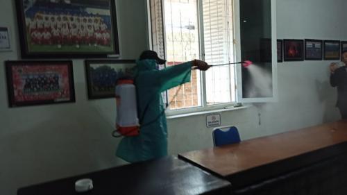 Kantor dan mes Arema FC disemprot disinfektan. (Foto: Media Officer Arema FC)