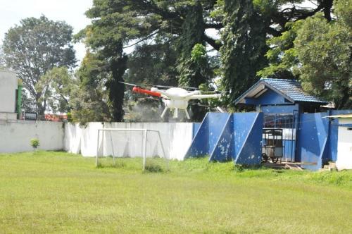 Drone UMM dikerahkan untuk semprotkan cairan disinfektan ke permukiman padat di kawasan Sengkaling, Kecamatan Dau, Kabupaten Malang. (Ist)