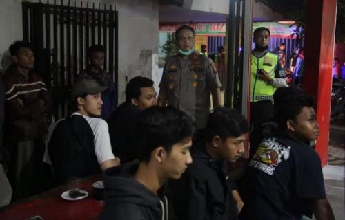 Polisi Bubarkan Pemuda Nongkrong