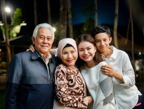 Rossa dan keluarga. (Foto: Instagram)