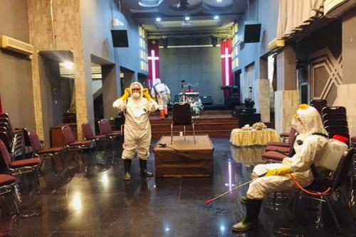 Relawan corona semprot disinfektan