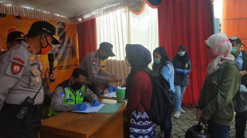 Pendatang di Kota Malang dilakukan pemeriksaan kesehatan.(Foto : Okezone.com/Avirista Midaada)
