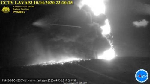 Erupsi Gunung Anak Krakatau pada Jumat 10 April 2020 malam. (Foto: Istimewa/PVMBG)