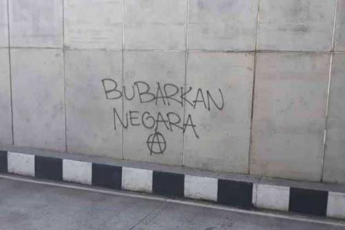 Vandalisme yang diduga dilakukan kelompok Anarko di Malang. (Foto : Okezone.com/Avirista Midaada)
