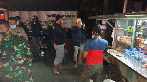 Petugas masih menemukan kerumunan di Pasar Lawang Malang. (Foto : Okezone.com/Avirista Midaada)