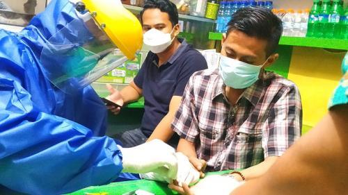 Pedagang dan pembeli di Pasar Lawang Malang jalani rapid test. (Foto : Avirista Midaada/Okezone.com)