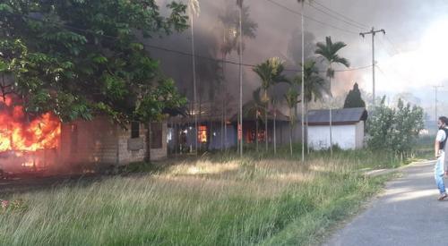 rumah di bakar