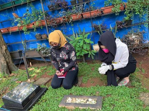 Della Perez dan sang ibu ziarah ke makam Julia Perez. (Foto: Instagram)