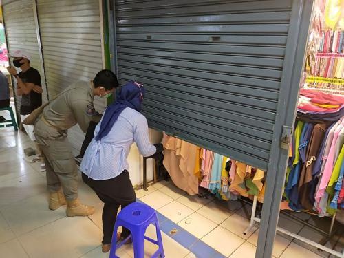 Kios pakaian di Bogor ditutup petugas (Foto : Okezone.com/Putra RA)