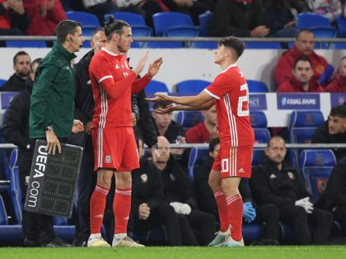 Daniel James bersama Gareth Bale