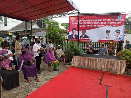 Kemensos menyerahkan bantuan dari Presiden Jokowi di Balai RW08, Jalan Kesatriaan, Rempoa, Ciputat Timur, Tangsel, Jumat (8/5/2020). (ist)