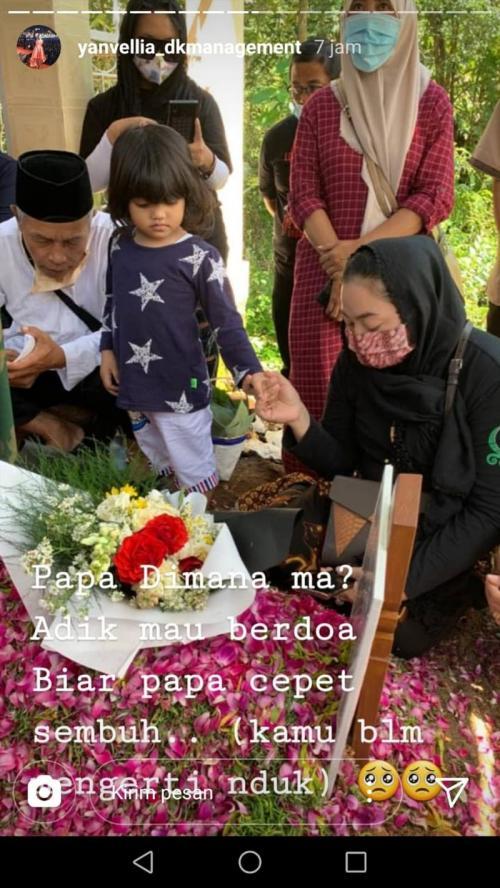 Unggahan Yan Vellia saat berkunjung ke makam Didi Kempot